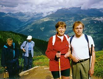 En grupp synskadade vandrar i bergen